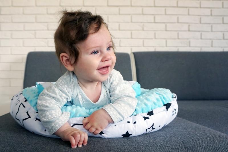 Baby Nellys Oboustranné hnízdečko, kokon minky 60x90cm - Závody šedé/minky sv. modrá