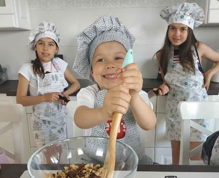 Kuchařská sada Junior MasterChef - zástěra + čepice + rukavice, hnědá/vzor kostičky