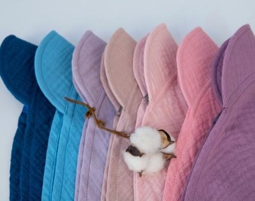 Baby Nellys Lehký mušelínový šátek s kšiltem na zavazování + mašle, fialový, lila