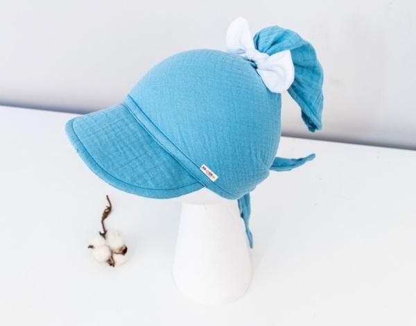 Baby Nellys Lehký mušelínový šátek s kšiltem na zavazování + mašle, modrý