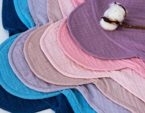 Baby Nellys Lehký mušelínový šátek s kšiltem na zavazování + mašle, granát