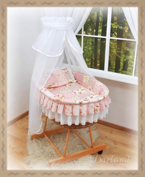 Koš s výbavou Darland - Patchwork růžový - bílá moskytiéra