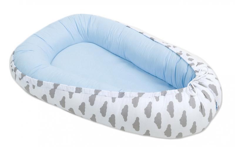 Mamo Tato Oboustranné hnízdečko - kokon pro miminko -Bledě modré / mráčky šedé