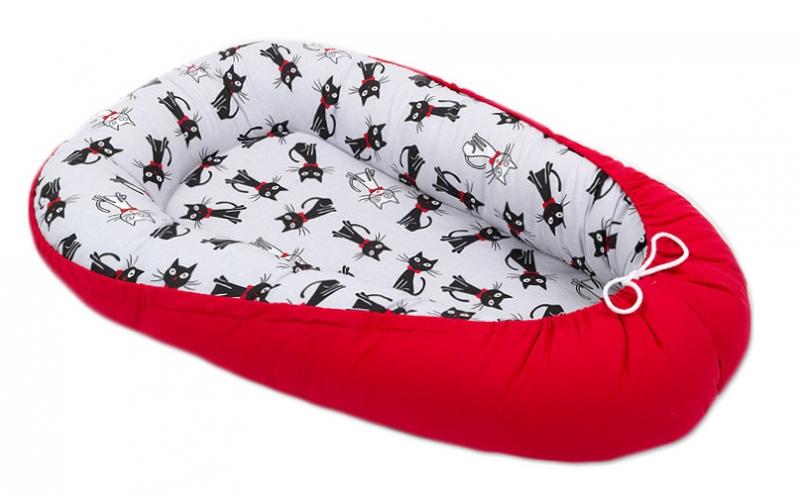 Mamo Tato Oboustranné hnízdečko - kokon pro miminko - Červené / kočičky šedé
